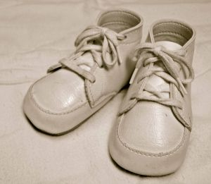 800px-Classic_baby_shoes